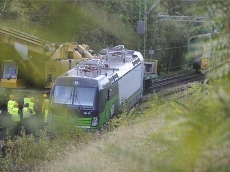 A mozdony a csonkavágány végén lévő földbe fúródott (fotó: Mihádák Zoltán - MTI)
