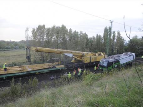 Nem volt egyszerű visszaemelni a mozdonyt a sínre (fotó: Mihádák Zoltán - MTI)