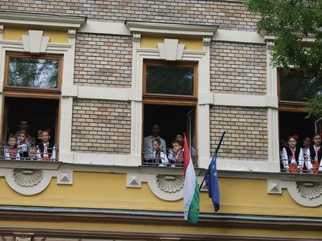 Táncosok a galéria ablakában (fotó: ittlakunk.hu)