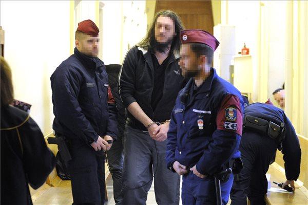 R. Szilveszter a bíróság folyósóján (fotó: Mihádák Zoltán - MTI)
