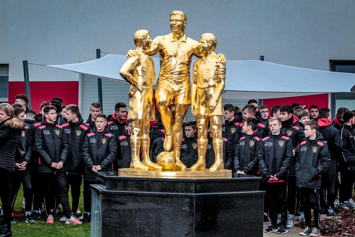 Puskás-szobor az új utánpótlásközpontban (Fotó: Ruzsa István)